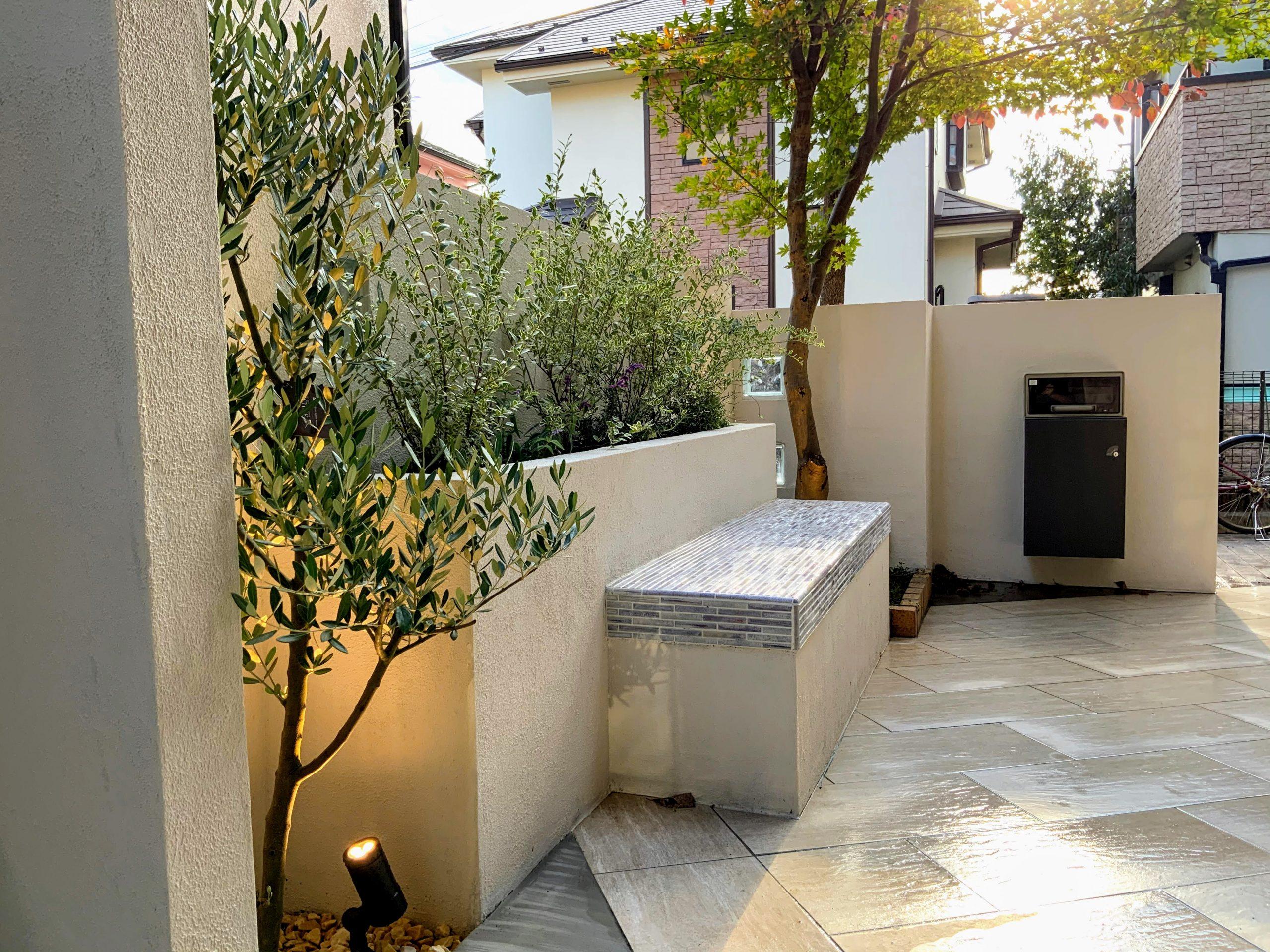 オリーブの木と花壇とベンチ